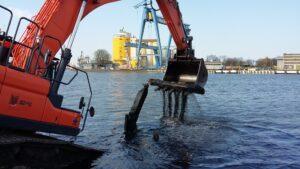 Wydobycie konstrukcji starej pochylni w linii nowego nabrzeża