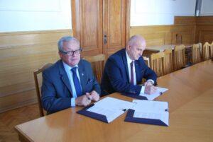 Dyrektor Urzędu Morskiego w Gdyni wraz z przedstawicielem wykonawcy podpisują umowę na pełnienie funkcji Inżyniera Kontraktu