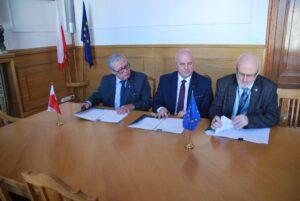 """akt podpisania umowy - Dyrektor UM w Gdyni przy kontrasygnacie Głównego Księgowego oraz przedstawieciela wykonawcy podpisują umowę na pełnienie funkcji Inżyniera Kontarktu na projekcie """"Modernizacja wejścia do portu wewnętrzneg (w Gdańsku). Etap IIIAo"""