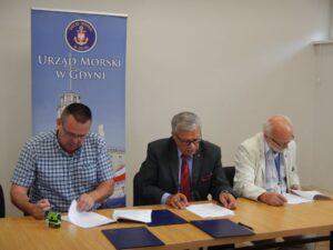 Podpisanie umowy na roboty budowlane - od lewej: Marek Marek Pestlienz (WMW Sp.j.), Wiesław Piotrzkowski – Dyrektor Urzędu Morskiego w Gdyni, Andrzej Kajut – Główny Księgowy (UM w Gdyni)