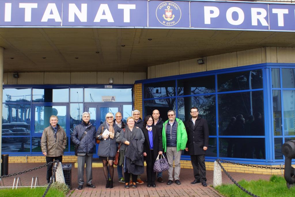 Przedstawiciele Partnerów Projektu I-ALLOW przed Kapitanatem Portu w Gdyni