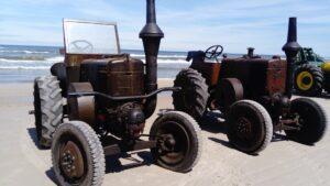 Zabytkowe ciągniki na plaży