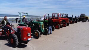 Prezentacja zabytkowych ciągników na plaży