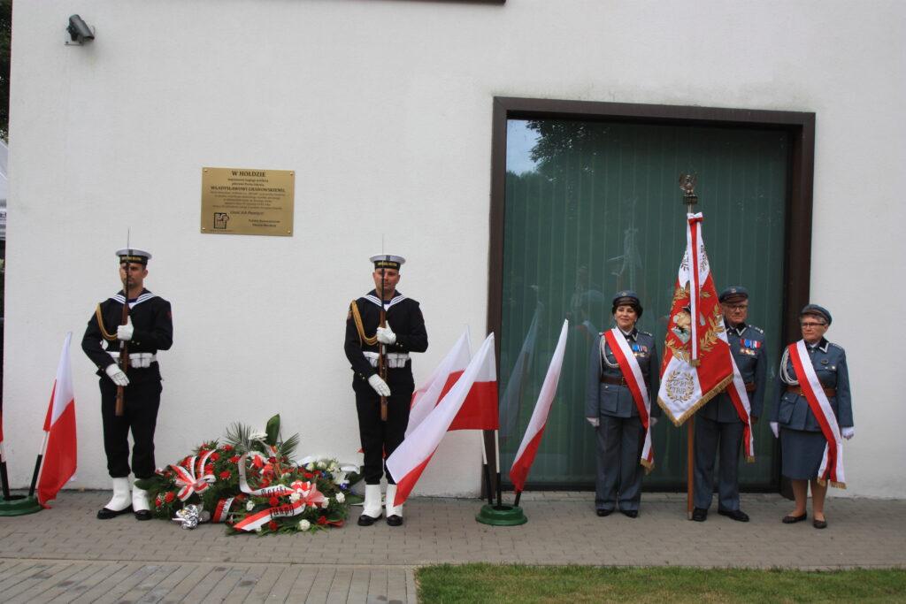 Złożenie wiązanki pod tablicą pamiatkową poswieconą kpt. ż.w. Władysławowi Grabowskiemu