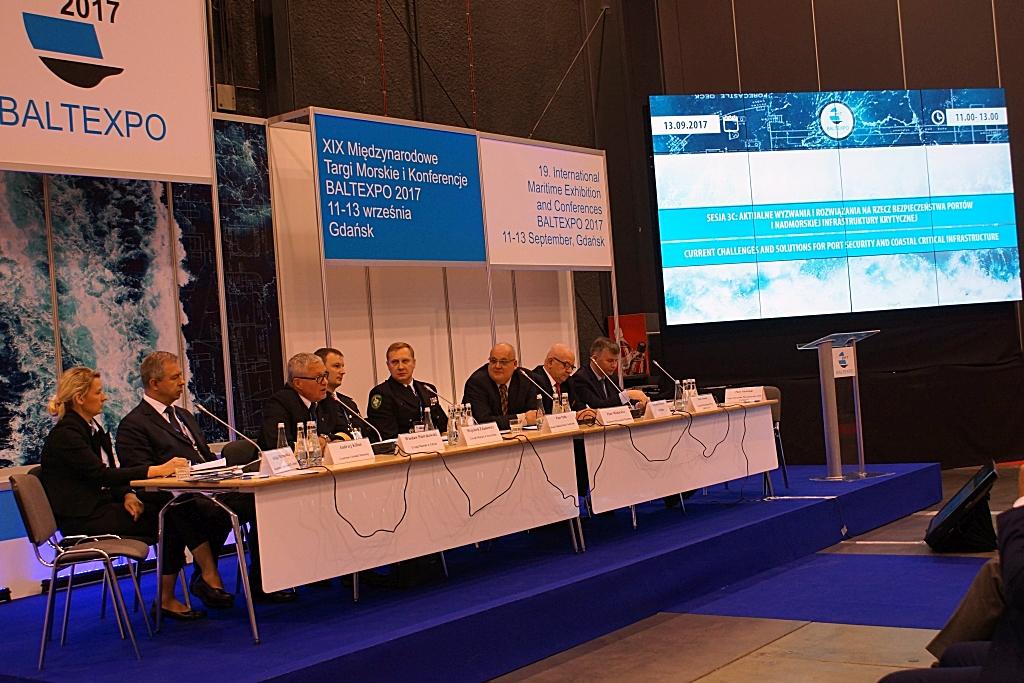 """Uczestnicy sesji pt. """"Aktualne wyzwania i rozwiązania na rzecz bezpieczeństwa portów i nadmorskiej infrastruktury krytycznej"""""""