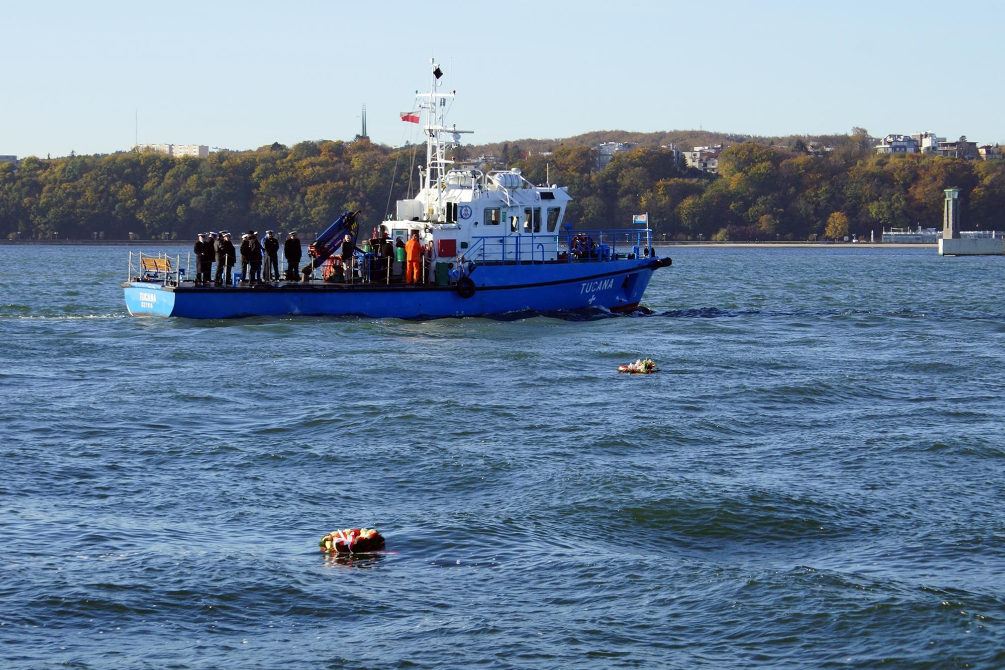 31 listopada z pokładu k/h TUCANA złożono wieńce dla Tych, co z morza nie powrócili