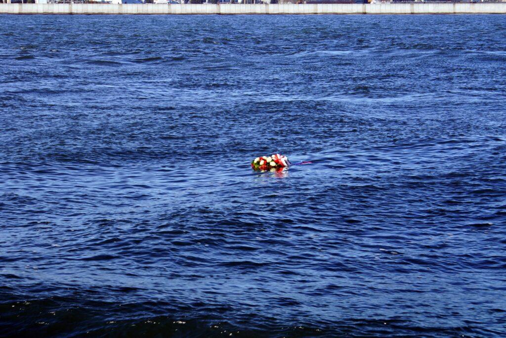 wieniec złożony w hołdzie zmarłym na morzu