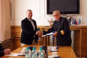 Od lewej: Pan Juha Granqvist, Kierownik sprzedaży stoczni Uudenkaupungin Työvene Oy; kpt. ż.w. Wiesław Piotrzkowski, Dyrektor Urzędu Morskiego w Gdyni