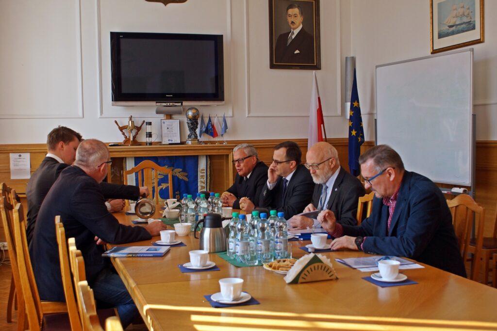 Podpisanie umowy na projekt, budowę i dostawę jednostki do obsługi oznakowania nawigacyjnego na wodach Zalewu Wiślanego (27.04.2018r.)