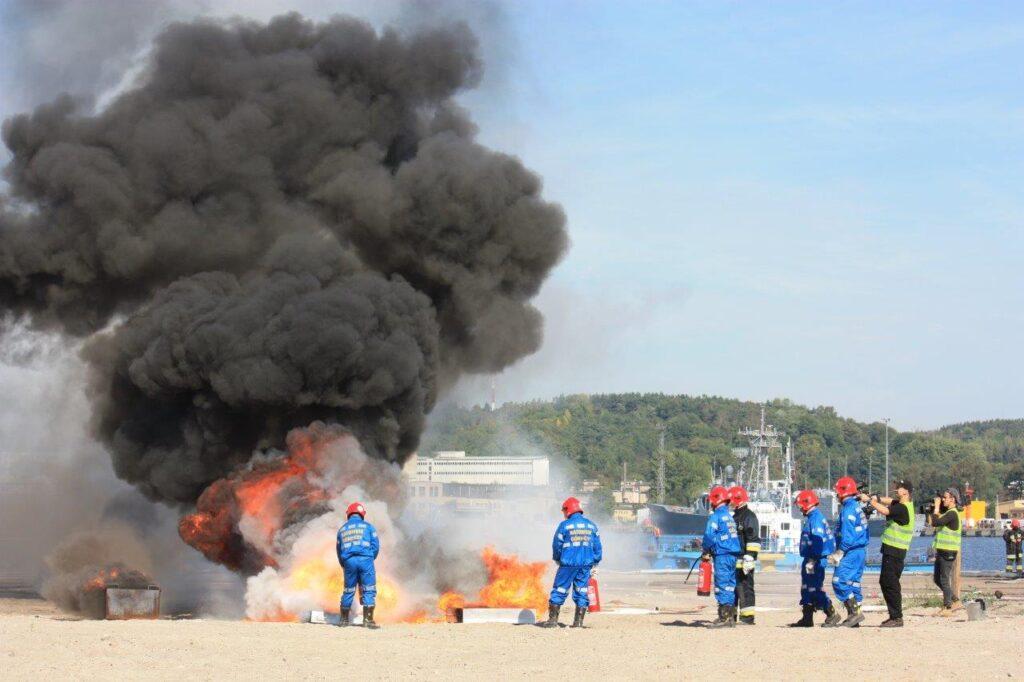 Kontrolowany pożar i ratownicy górniczy w akcji