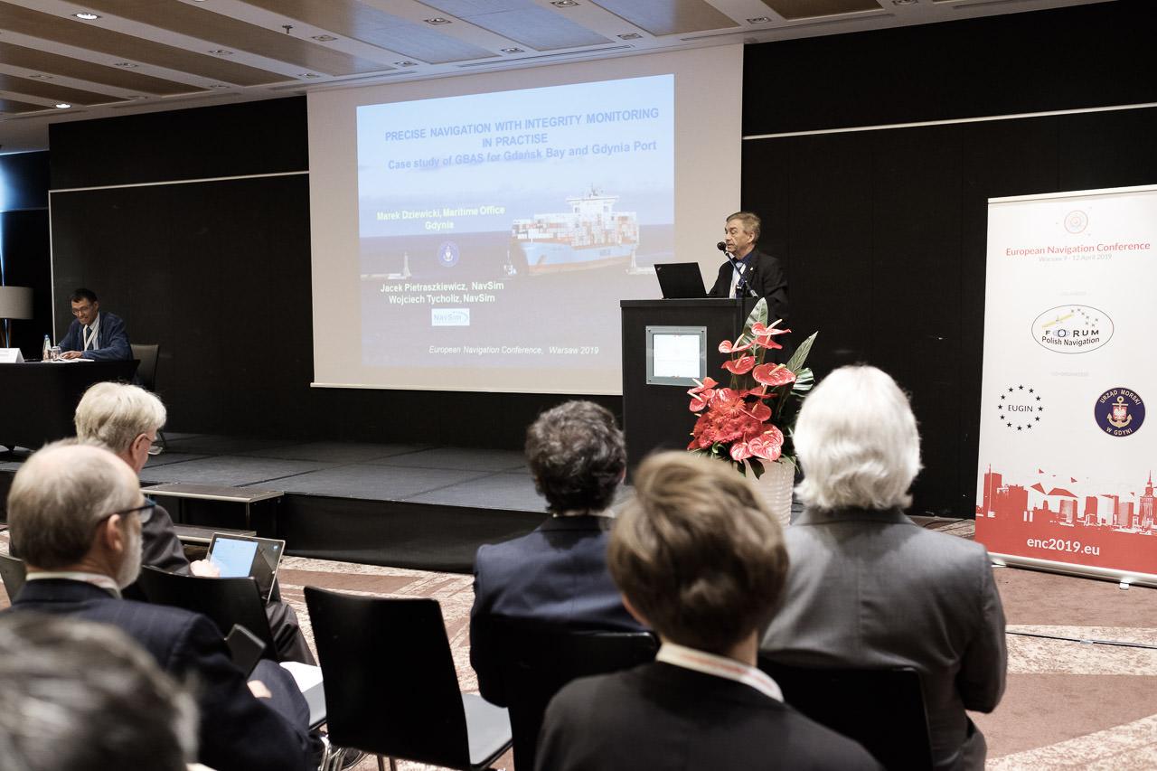 Przedstawiciel UMG ON prezentuje systemy nawigacji precyzyjnej Zatoki Gdańskiej