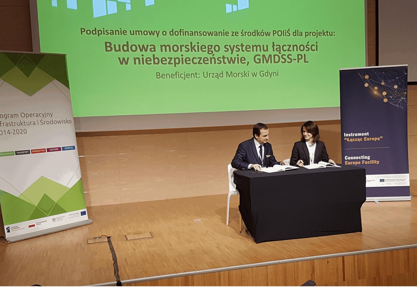 Umowę ze strony Urzędu Morskiego w Gdyni podpisał Pan Jan Młotkowski, Z-ca Dyrektora ds. Oznakowania Nawigacyjnego, ze strony CUPT Pani Joanna Lech p.o., Dyrektora