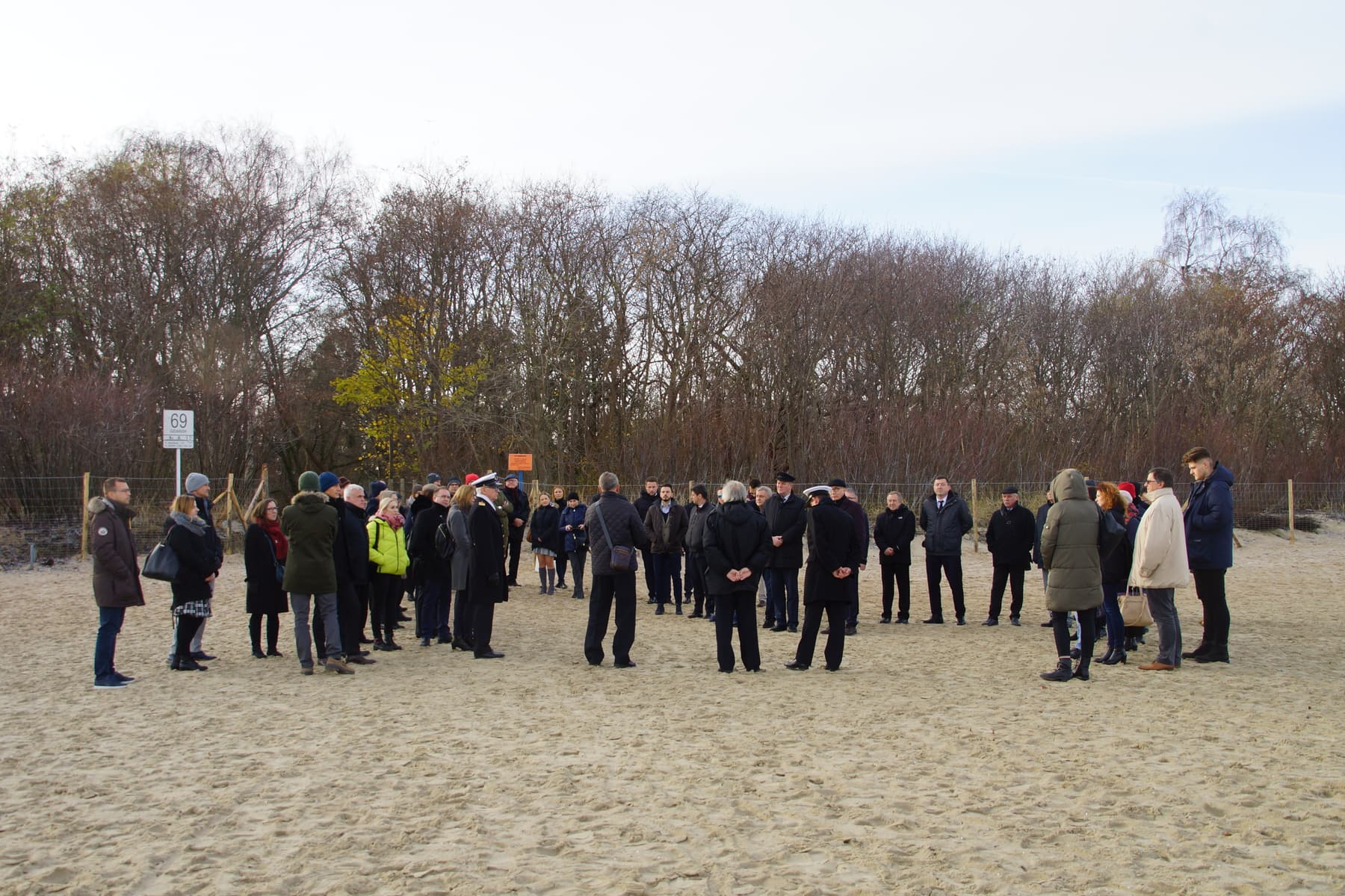 Uczestnicy spotkania na plaży w Jelitkowie