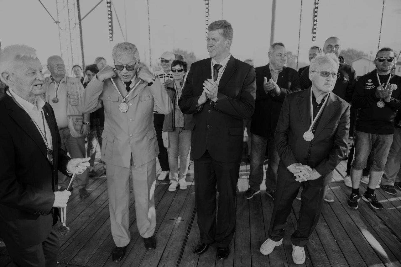Komandor Edward Kinas podczas dekoracji uczestników Bałtyckich Regat o Puchar Dyrektora Urzędu Morskiego w Gdyni w 2017r. Komandor był organizatorem wszystkich edycji regat, które w 2019r. odbyły się już po raz dziewiąty. Są one nierozłącznym elementem Bałtyckiego Maratonu Brzegiem Morza, organizowanego przez nasz Urząd, Ligę Morską i Rzeczną oraz Miasto Jastarnia
