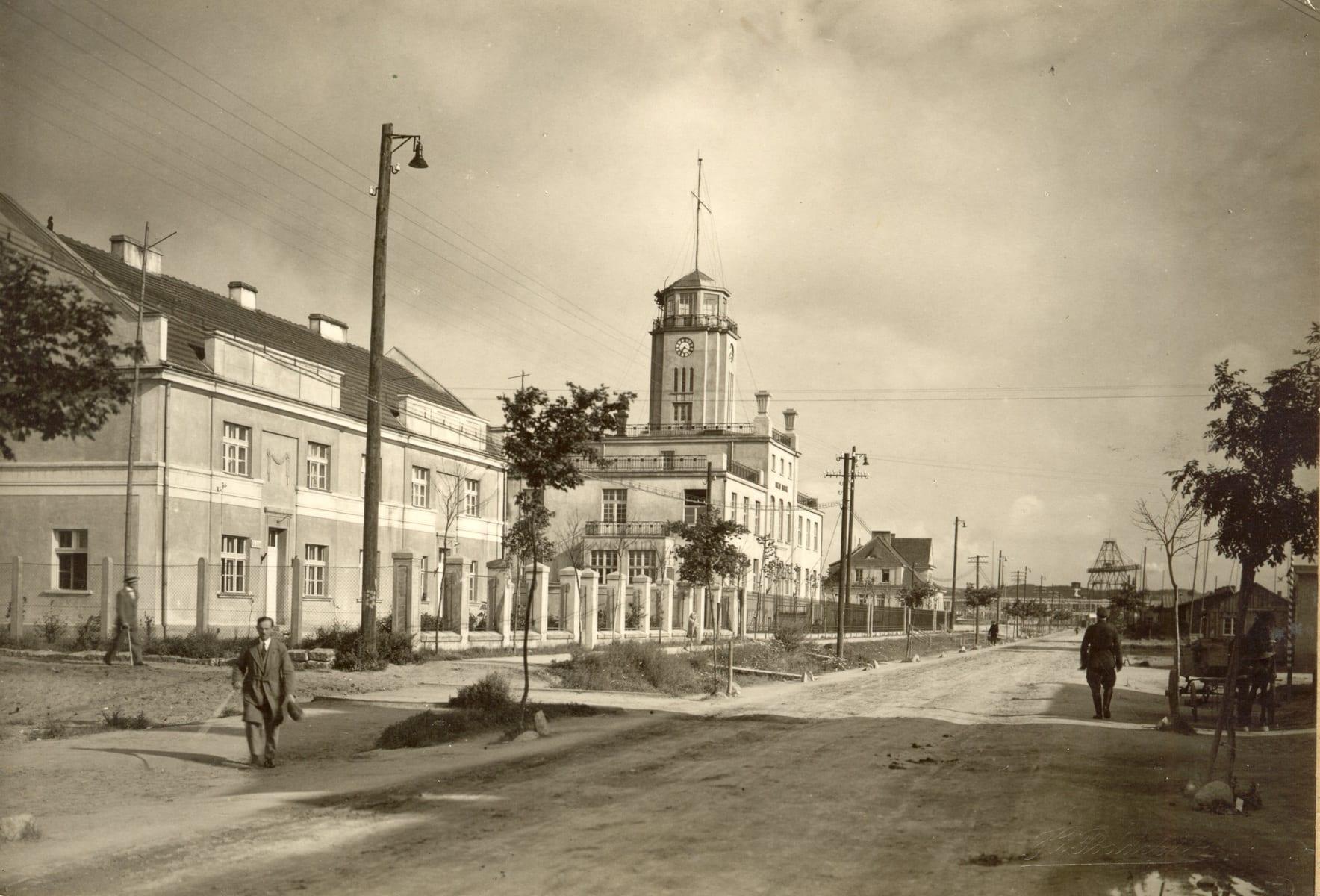 Ulica Centralna (ob. Chrzanowskiego, pośrodku budynek Urzędu Morskiego, fot. Henryk Poddębski, 1930 r. (fot. ze zbiorów Muzeum Miasta Gdyni)