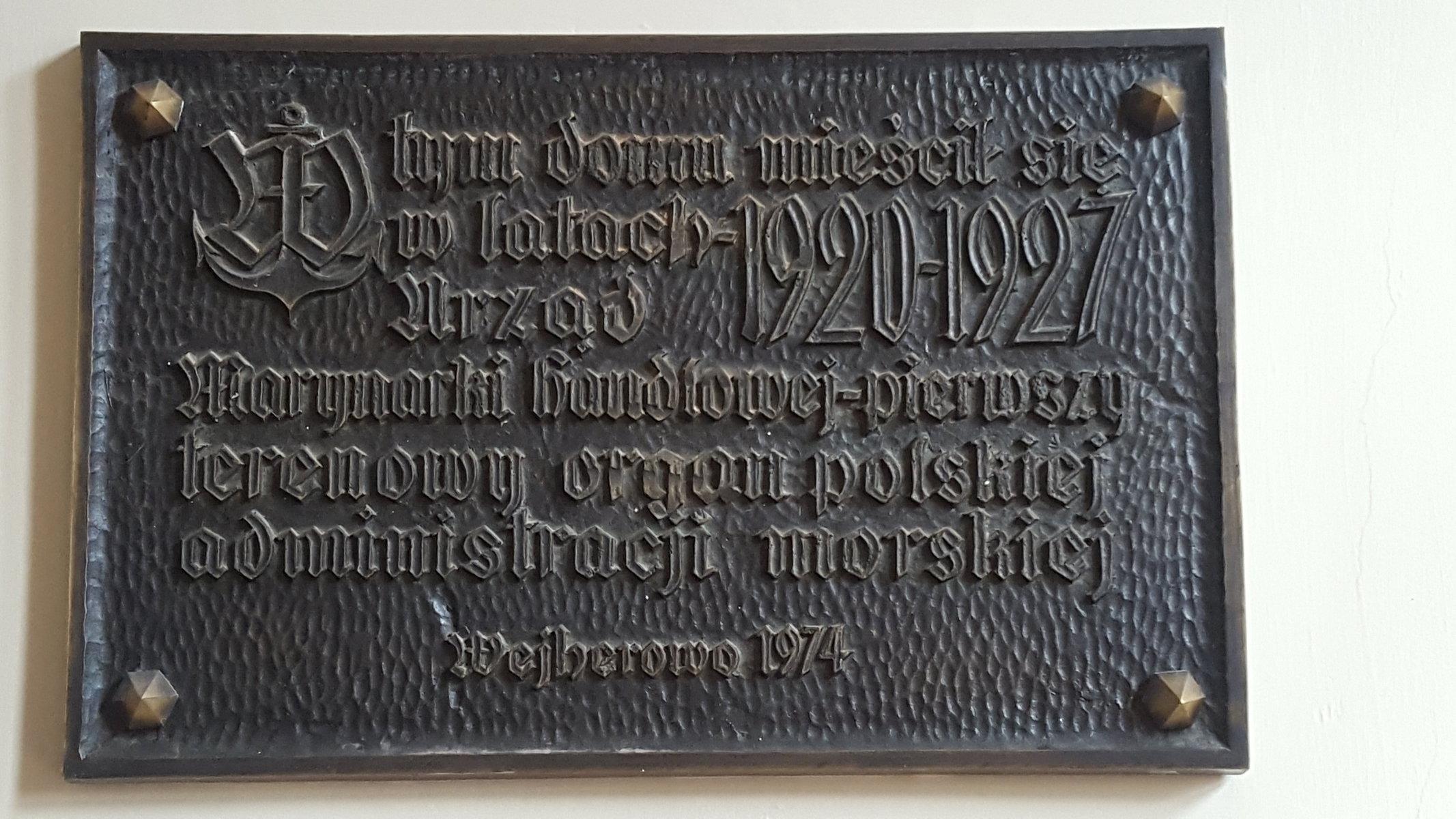 Tablica pamiątkowa znajdująca się wewnątrz budynku przy ul. Dworcowej 7 w Wejherowie (fot. Barbara Gusman)