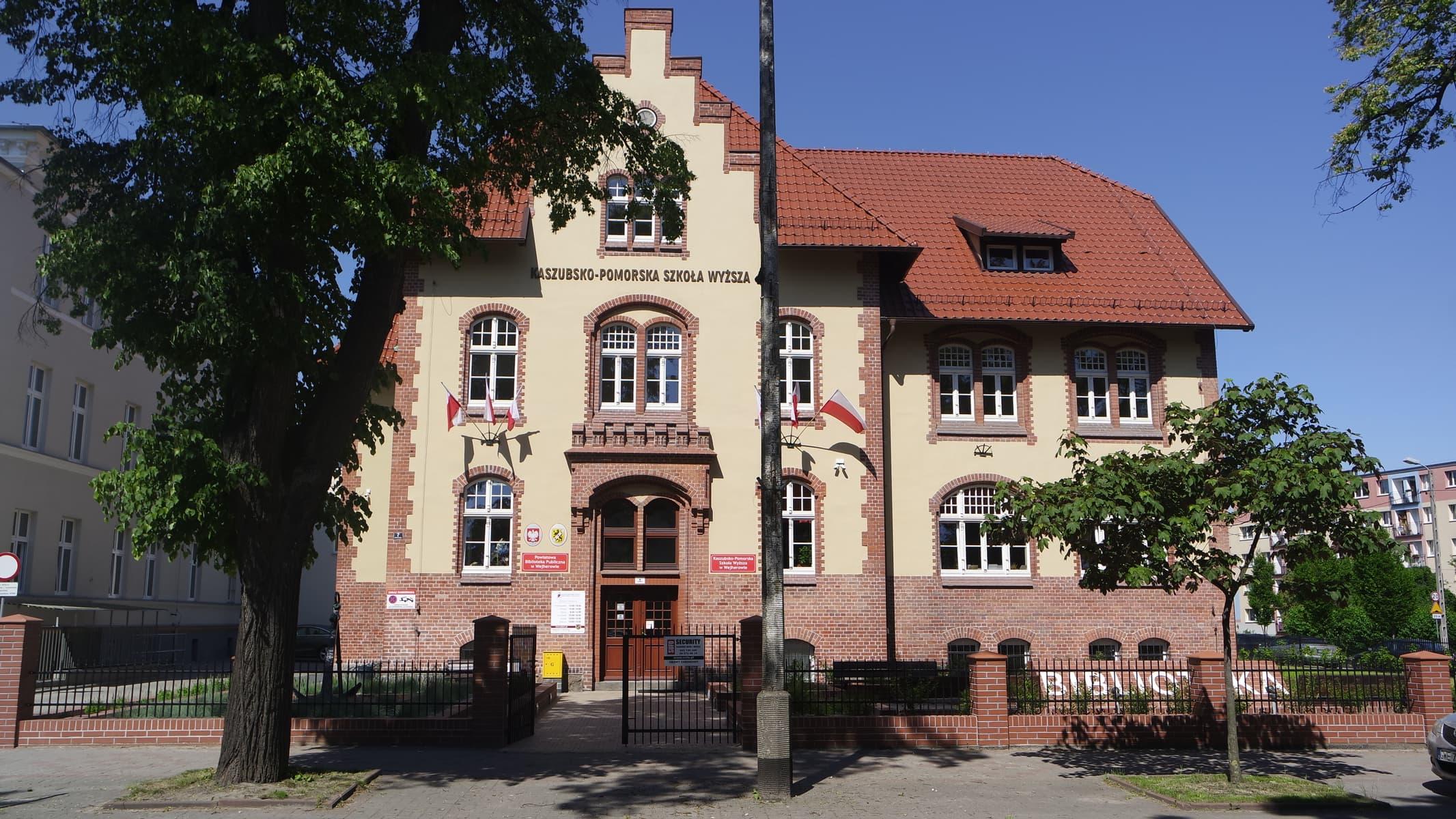 Budynek przy ul. Dworcowej 7 w Wejherowie, obecnie siedziba Powiatowej Publicznej Biblioteki w Wejherowie oraz Kaszubsko-Pomorskiej Szkoły Wyższej – front (fot. Barbara Gusman)