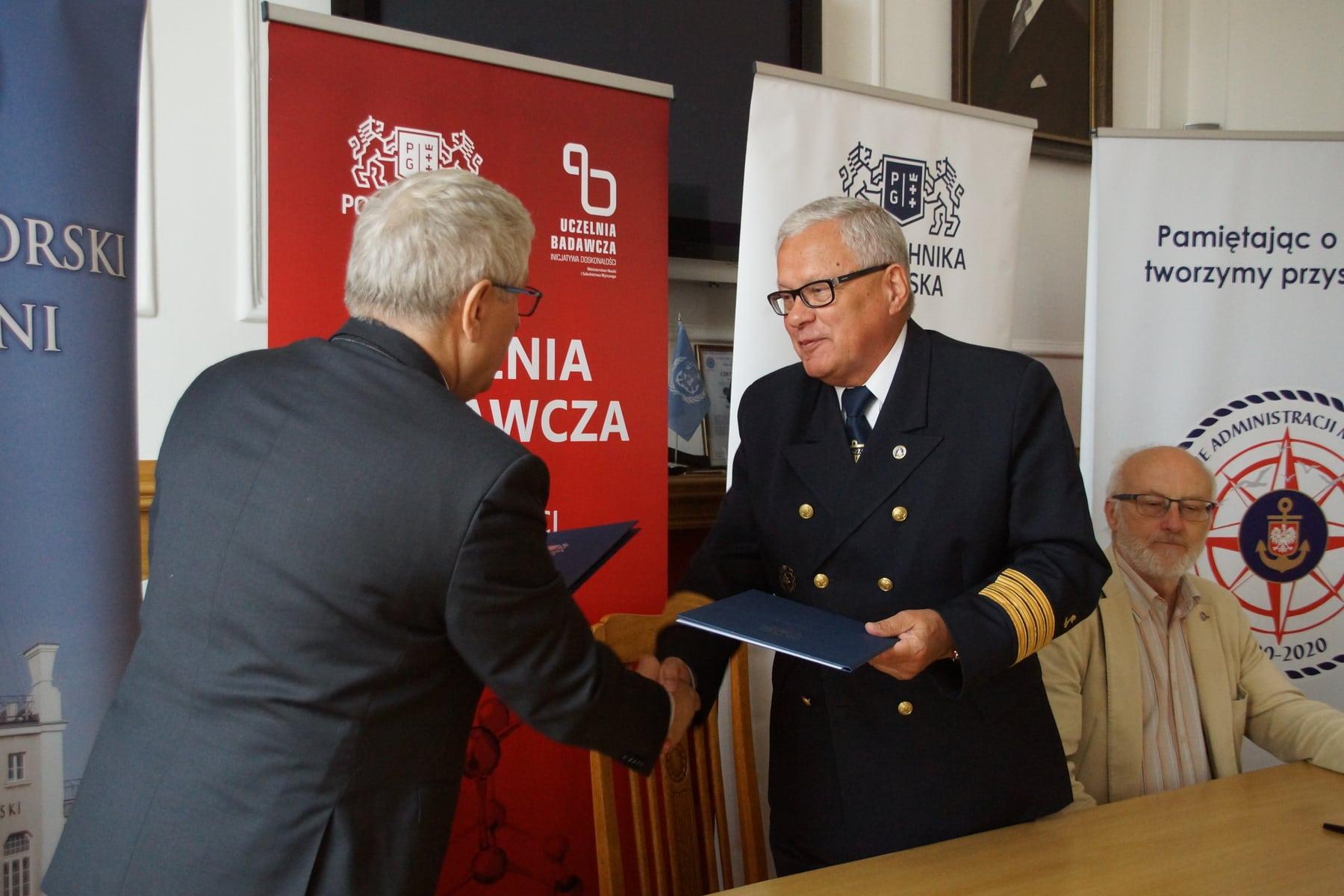 Od lewej: prof. Jerzy Wtorek, Dziekan WETI PG; kpt. ż.w. Wiesław Piotrzkowski, Dyrektor UMGDY; Andrzej Kajut, Główny Księgowy, UMGDY