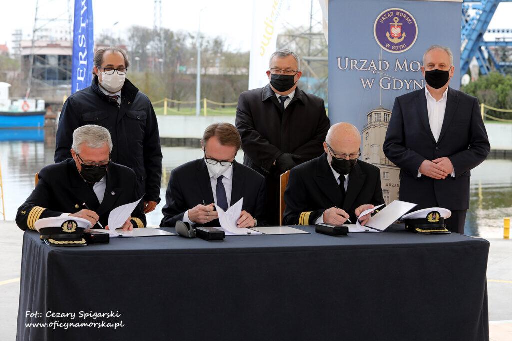 Podpisanie umowy na drugą część przekopu - od lewej stoją: Marek Gróbarczyk, Andrzej Adamczyk, Dariusz Drelich. Podpisują od lewej: Wiesław Piotrzkowski, Dariusz Blocher, Andrzej Kajut