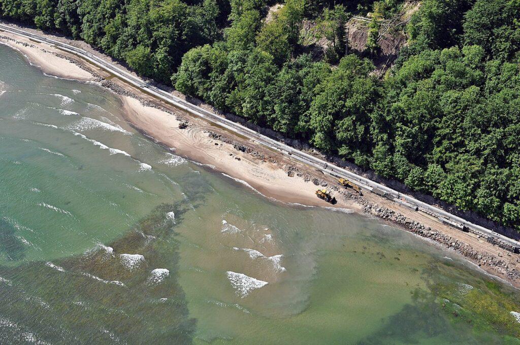 Zdjęcie z lotu ptaka, ukazujące jeden z etapów budowy betonowej opaski brzegowej z odbijaczem fal w Rozewiu.