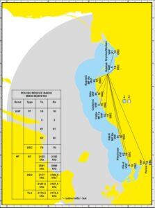 Mapa Bałtyku - wycinek od wybrzeża Polskego do Szwecji. Ląd zaznaczonyny na żółto, morze na biało. Zaznaczone radiostacje i ich zasięg działania - obszary A1 (niebieski) i A2 (szary). W lewym dolnym rogu - tabela z częstotliwościami.
