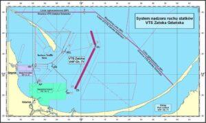 Mapa morska pzredstawiajaca strefy rozgraniczenia ruchu na Zatoce Gdańskiej. Obszar wody w kolozre niebieskim, ląd w kolozre żółtym. strefy rozgraniczenia ruchu w kolorze purpurowym.